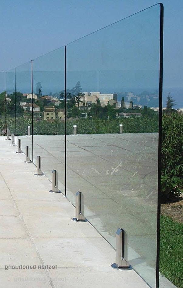 Ограждение для бассейна стеклянное на маленьких стойках из нержавейки, Перила из стекла на металлич креплениях