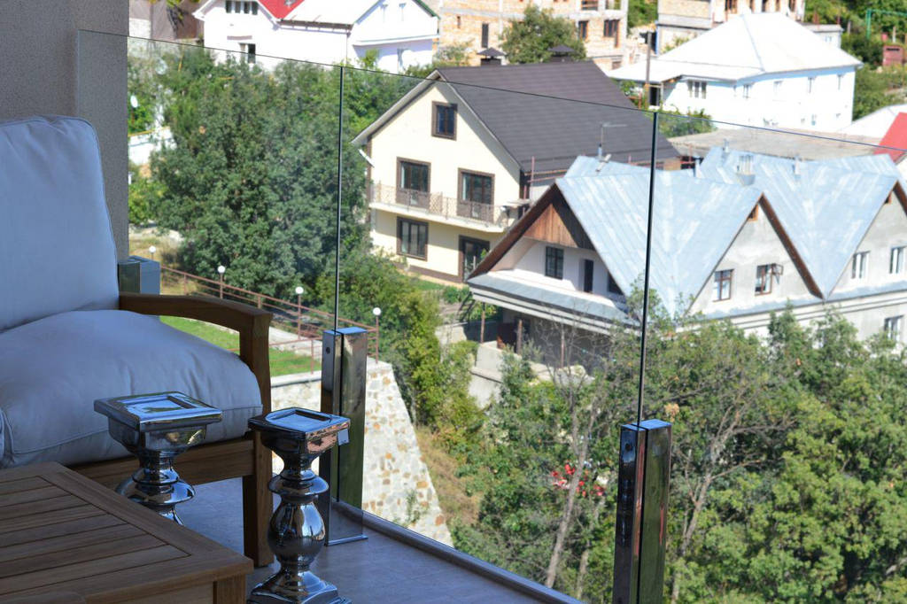 Ограждение балкона из стекла на стойках, Стеклянные перила балкона на креплениях из нержавейки