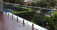 Стеклянное ограждение балкона на стойках с накладным поручнем, Перила из стекла на веранде