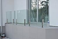 Стеклянное ограждение балкона на стойках из нержавейки, Перила из стекла для веранды на металлич креплениях