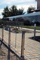 Стеклянный ограждение двора на стойках из нержавейки, Забор из стекла на металлических столбах