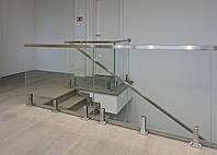 Ограждение лестницы из стекла на стойках из нержавейки с накладным поручнем.