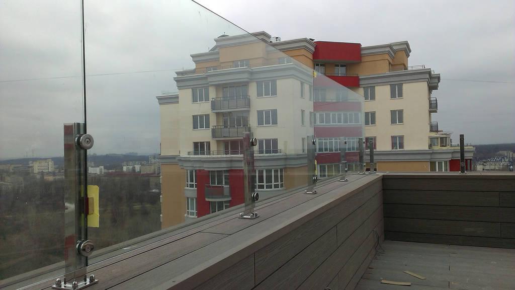 Стеклянное ограждение на крыше на стойках из нержавейки, Перила из стекла, Стеклянный забор, Крепление из нерж