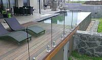 Стеклянное ограждение террасы на втором этаже возле бассейна на маленьких стойках/креплениях.