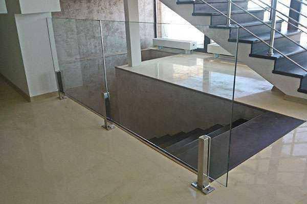Прямые перила из стекла на квадратных стойках из нержавейки без поручня