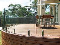Стеклянное ограждение на террасе из радиусного(гнутого) стекла на маленьких стойках из нержавейки