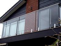 Ограждение балкона из прозрачного стекла на стойках-крепления с накладным профилем вместо поручня