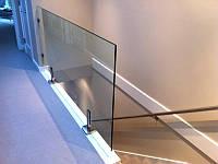 Стеклянное ограждение на третьем этаже на стойках из нержавейки, Перила из стекла на маленьких стойках из нерж