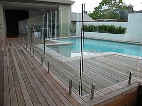Ограждение бассейна из прозрачного стекла на мини стойках из нержавейки, Стеклянные перила для бассейна