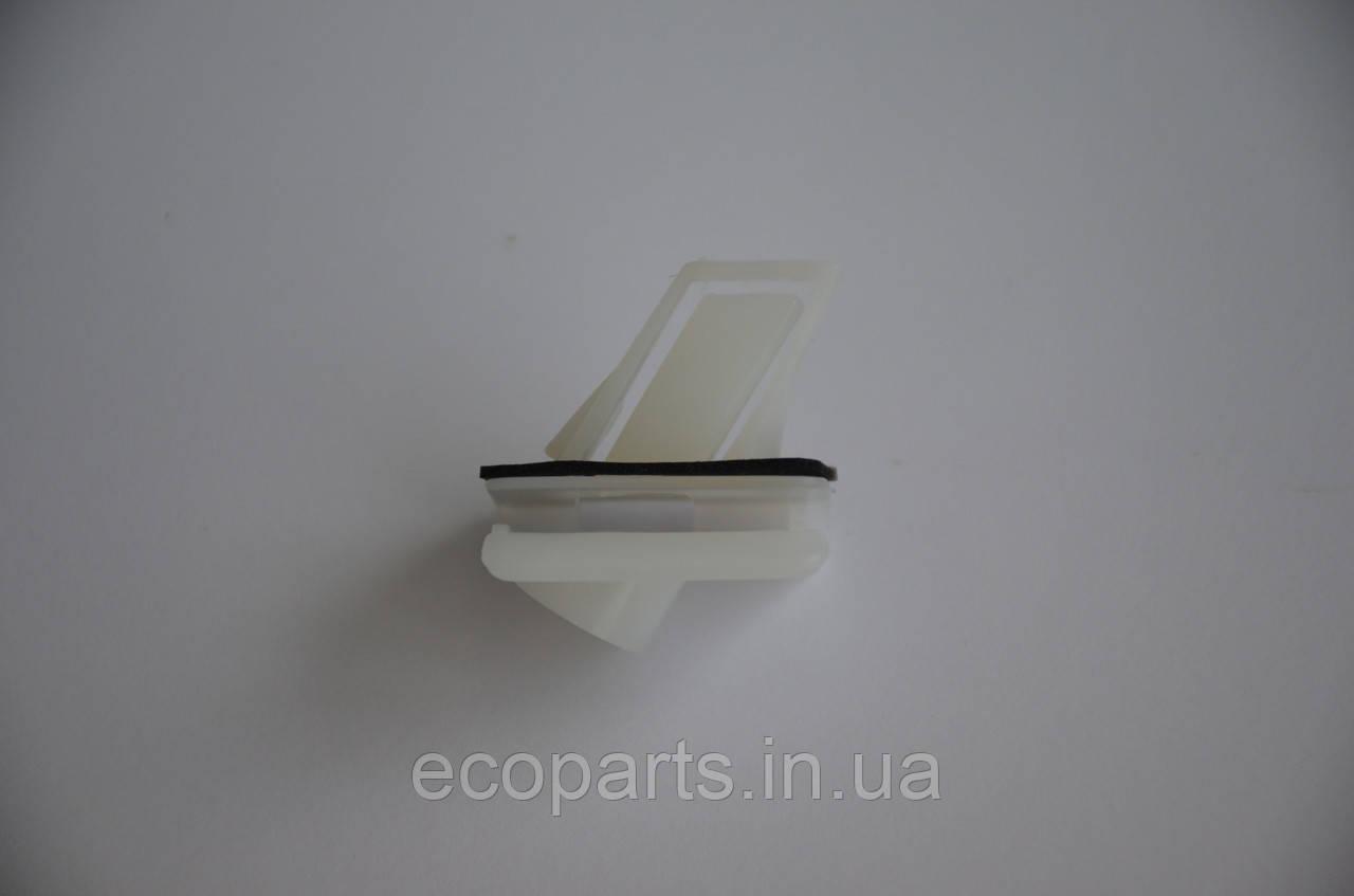 Кліпса бампера перед права Nissan Leaf