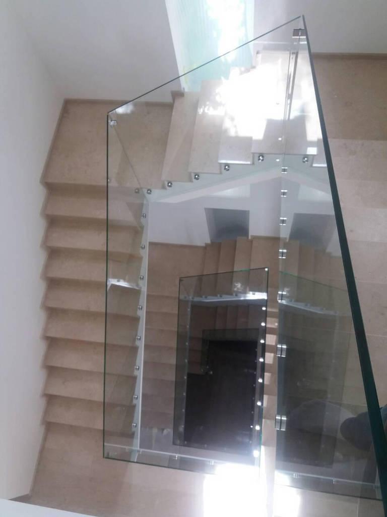 Стеклянное ограждение лестницы на коннекторах из нержавейки, Перила из стекла