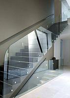 Необычное стеклянное ограждение лестницы из прозрачного каленного стекла на круглых коннекторах из нержавейки