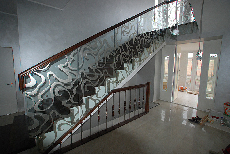 Стеклянные перила на лестницу из каленного стекла с художественным матированием и на накладным деревянным пери