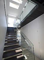 Стеклянное ограждение лестницы на круглых коннекторах и квадратным перилам из нержавейки