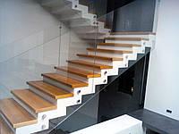 Стеклянное ограждение на лестнице из каленного стекла толщиной 10 мм на точечных креплениях