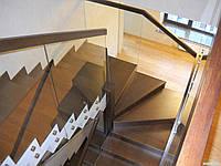 Ограждение лестницы из каленного стекла на коннекторах из нержавейки и накладным деревянным перилам
