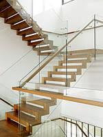 Перила из стекла на точечных крепежах на металлической лестнице обшитой деревом с боковым перилам из дерева