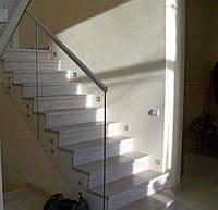 """Ограждения лестницы из каленного стекла """"Диамант"""" на стекло-держателях с накладным деревянным перилам"""