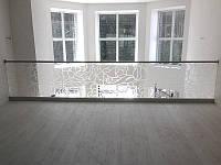 Ограждение из каленного стекла с художественным матированием установлено на профиль из нержавейки с поручнем