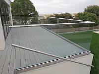 Стеклянное ограждение балкона в профиле из нержавейки из нержавейки, Перила из стекла на клеммах с декор планк