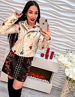 Красивая женская куртка-косуха декорирована вышивкой