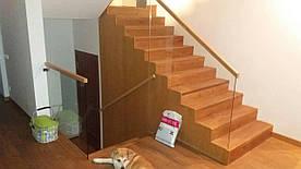 Ограждение лестницы стеклянное на коннекторах из нержавейки облицованные деревом, Перила из стекла с точечным
