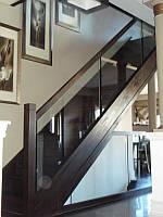 Стеклянные перила на деревянной лестнице с скрытым элементом крепления стекла