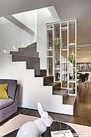 Стеклянные перила на деревянной лестницы без видимых креплений