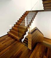 Стеклянное ограждение на деревянной лестнице с срытым креплением, крепление стекла закрыто деревянными планкам