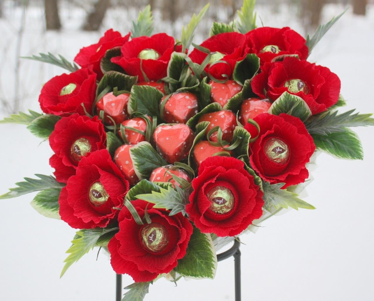 Сердце из роз с конфетами Ферреро Роше - подарок на День влюбленных