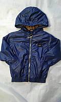 Куртка ветровка на флисе для мальчика на 6-10 лет синего цвета с капюшоном  оптом