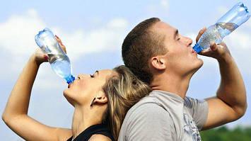 Почему люди покупают воду в бутылках: необычное исследование психологов