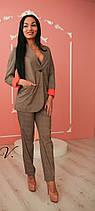 Женский брючный костюм-двойка с удлинённым жакетом и брюками с подворотом, фото 3