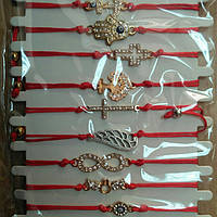 Красная нить с разными знаками