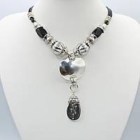 Ожерелье декорирована вставками из белого металла