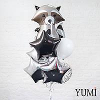 Композиция из шара Енот, 2 белых, 1 шара с серебряным конфетти, 1 черной и 4 серебряных звезд