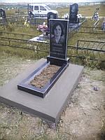 Гранитный памятник с цветником без облицовки