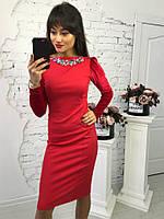 Красивое облегающее платье красного цвета