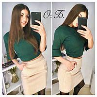 Женский замшевый костюм: топ и юбка с карманами