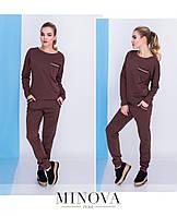 Костюм женский состоит из удлиненного свободного свитшота с круглой горловиной и нагрудным карманом и брюк с карманами №613-коричневый