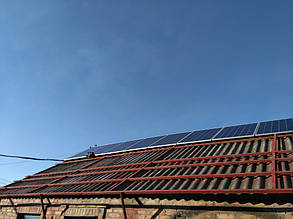 установка солнечных панелей на металлический каркас на крыше дома
