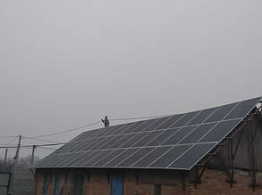 установленное поле солнечных панелей Amerisolar на крыше
