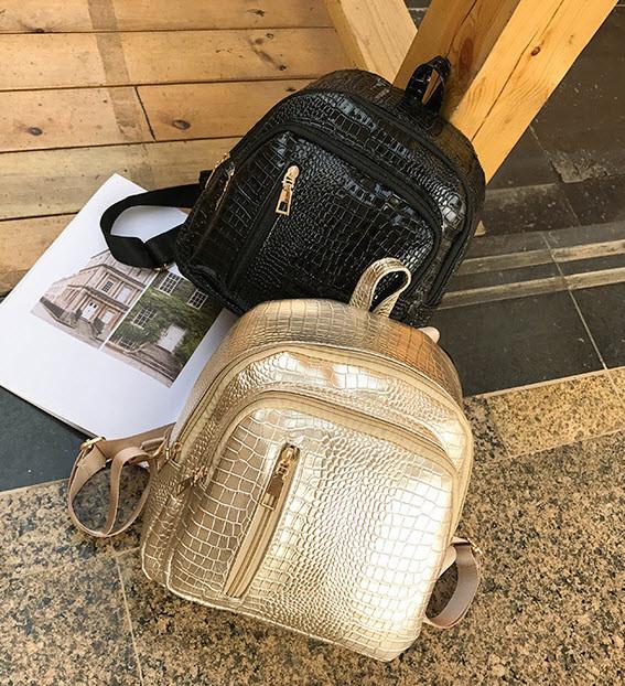 Стильный лакированный рюкзак под кожу рептилии