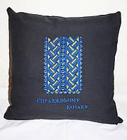 Вышитая подушка с узором вышиванки 1