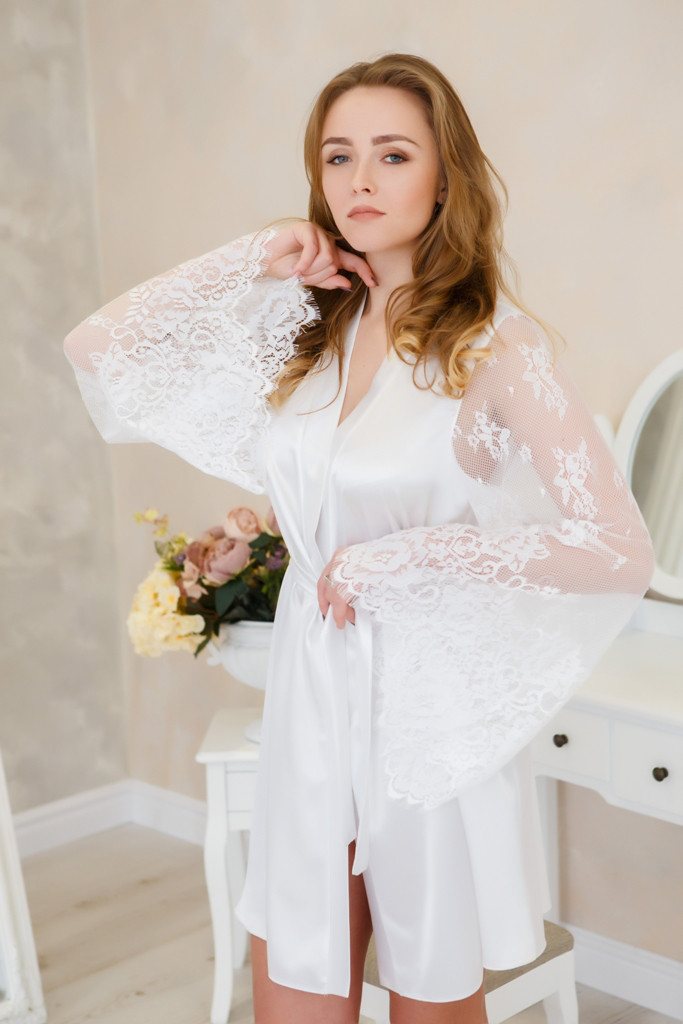 fd77f5ecf666 Халат для невесты атласный с кружевным рукавом Белый , цена 650 грн ...