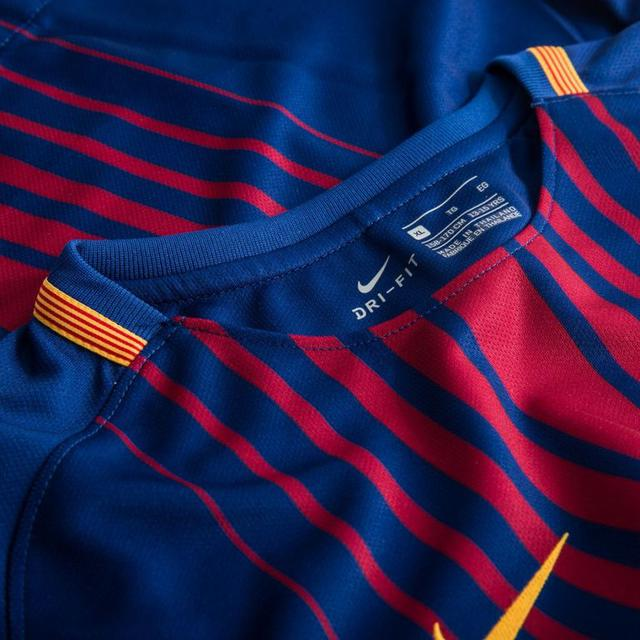 ff46478fa4cd Согласно мировым стандартам мужская домашняя футбольная форма клуба « Барселона» сезона 2017-2018 пошита из полиэстера.