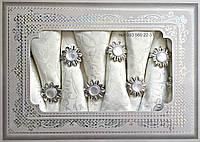 Белая тканевая сктерть и 8 салфеток с жемчужными держателями в подарочной коробке 150х220см АРТ-082151