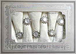 Белая тканевая сктерть и 8 салфеток с жемчужными держателями в подарочной коробке 150х220см  311212