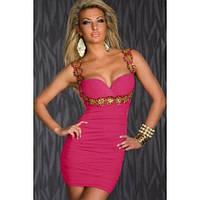 Облегающее розовое платье с глубоким декольте
