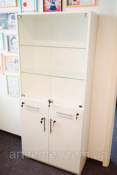 Шкаф с выдвижными ящиками, закрытой полочкой и витринным отделением